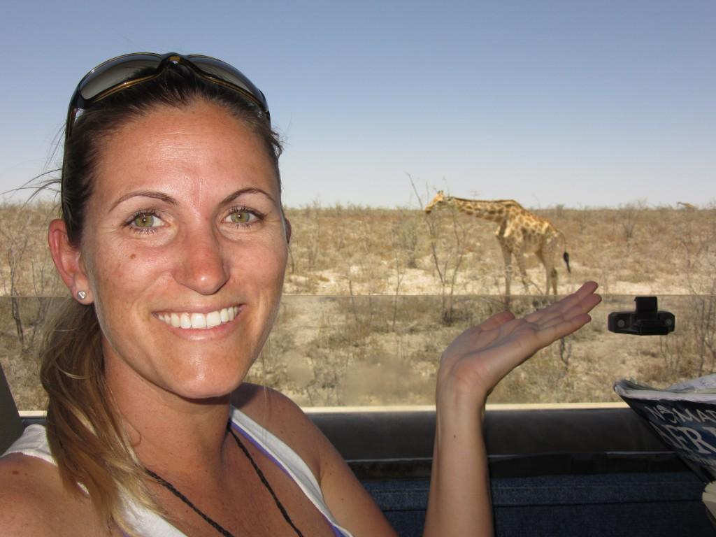 Geli und die Giraffe in Namibia